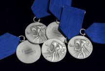 Ceny Paměti národa 2018 / V den státního svátku, 17. listopadu, byly letos již po osmé předány v Národním divadle Ceny Paměti národa. Každý rok je uděluje obecně prospěšná společnost Post Bellum inspirativním lidem, kteří se i přes hrozbu sankcí vzepřeli tehdejšímu režimu. Národní Pokladnice, partner večera, vyrazila stříbrné medaile, kterými byly oceněni letošní laureáti.