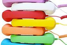 Old Style Phone per SmartphoneTablet / Un tocco Retrò alle tue chiamate! -Comfort di chiamata migliorato; -Consente l'accesso alle funzioni del telefono in caso di chiamata; -Riduce oltre il 90% delle radiazioni emesse dal telefono; -Trasforma il tuo tablet in un telefono da usare con Skype o applicazioni voip; -Sistema di riduzione del rumore; -Tasto per rispondere e riagganciare*; -Fornito con jack da 3,5mm; -Rivestimento esterno Soft touch; -Elevata qualità dell'altoparlante e del microfono;