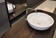 MANHATTAN Bathtub Washbasin system / MANHATTAN is a composition consisting of technically integrated bathtub, washbasin and cabinet in grey eco-cement and smoked oak  and it is part of the extensive Makro Systems collection.