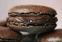 Recettes de macarons / ls sont tout ronds, tout bons... Et pas si difficiles à faire. Il faut juste un peu de patience et de bonnes recettes. On vous apprend à les réaliser en vidéo avec un pâtissier et on vous donne plein de recettes pour vous entraîner.