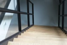 Amsterdam: Trap en taatsdeuren / Taatsdeuren en trap in Amsterdam  In Amsterdam plaatsten we zowel een taatsdeuren met twee zijpanelen als een trap met eiken treden. Het bijzondere aan dit project is dat het profiel van het traphek hetzelfde is als het profiel van de deur. Hierdoor vormen de deur en de trap een mooie eenheid. De deuren en de trap zijn voorzien van onze ranke profielen (DRM-P10). Lees meer op https://www.stalen-binnendeuren.nl/voorbeelden-stalen-deuren/amsterdam-2/