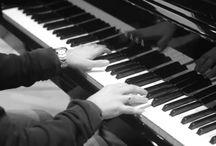 Ballad - Dòng nhạc lãng mạn / Tiếp nối chuỗi bài viết về các thể loại nhạc, hôm nay ADAM Muzic sẽ giới thiệu đến các bạn một thể loại trữ tình với giai điệu chậm, thong thả thường được độc tấu piano, guitar hoặc violin. Dòng nhạc ADAM Muzic đang nhắc đến đó là dòng nhạc Ballad, bây giờ chúng ta cùng tìm hiểu đôi nét về dòng nhạc này nhé.