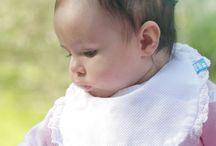 Babetes / Babetes impermeáveis e ajustáveis, indispensáveis para manter as fatiotas impecáveis.