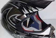 CASCOS DE MOTOS / Descuentos increíbles en todos nuestros cascos de motos para el motorista. Disponemos de cascos de cross, infantiles, integrales, jet, modulares y multifunción.