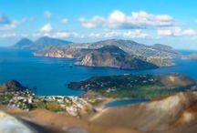 Isole Eolie / Le Isole Eolie (Ìsuli Eoli in siciliano), dette anche Isole Lipari, sono un arcipelago dell'Italia appartenente all'arco Eoliano, in Sicilia.  L'arcipelago, di origine vulcanica, è situato nel Mar Tirreno, a nord della costa siciliana. Comprendono due vulcani attivi, Stromboli e Vulcano, oltre a vari fenomeni di vulcanismo secondario.