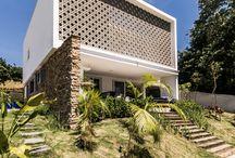Telhado embutido / Esse é um tipo de cobertura invisível, feita em casas com um design mais moderno e a ideia é justamente colocar a sua atenção nos outros pontos da casa, e não no telhado!