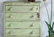 Annie Sloan Chalk Paint Lem Lem / Annie Sloan Chalk Paint Lem Lem is een zacht groene kleur.Deze kleur is ontstaan door de inspiratie die Annie Sloan heeft opgedaan bij haar bezoek aan Ethiopië. Door de samenwerking met Annie Sloan en Oxfam Novib zal zowel Annie Sloan als Annie Sloan Europe een gedeelte van de verkoopprijs doneren aan Oxfam. Het is een zacht groene kleur die Annie op de velden van alliums heeft gevonden op het Ethiopian Seed Project van Oxfam. Dit project ondersteunt vrouwenboeren in deze regio.