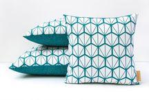 Coussins / Mix and match de motifs pour créer l'ambiance grâce aux coussins, disponibles en trois tailles. Tissu à motifs exclusifs, intérieurs en plume, créés dans notre atelier Lyonnais et fabriqués en France.