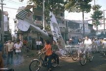 Ảnh độc về vụ máy bay rơi giữa đường phố Sài Gòn năm 1975 / Ngày 29/4/1975, trong nỗ lực đào thoát khỏi Sài Gòn, một chiếc máy bay hạng nhẹ L-19 của chính quyền Sài Gòn đã rơi trên đường Nguyễn Hoàng. Ảnh: Herve Gloaguen.