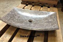 Prostokątna umywalka z marmuru na blat / Prostokątna umywalka z marmuru na blat Animus 301 produkowana przez Lux4home™. Kamienna umywalka Animus robiona jest z jednego bloku kamienia w różnych kolorach: żółty marmur, kremowy marmur, czarny marmur, szary marmur a nawet onyks.  Lux4home™ jako jedyny producent dostarcza do Polski umywalki z atestem PZH jako potwierdzenie bezpieczeństwa np dla kontaktu z jedzeniem