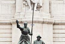 Esculturas de personajes históricos.