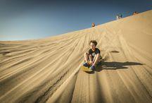 Aventura en el desierto / El desierto es un lugar especial para la aventura y la diversión. En el Hotel Las Dunas tenemos actividades especialmente pensadas para que puedas disfrutar de experiencias llenas de adrenalina, de una manera segura.   Paseos a caballo por la arena, sandboard desde la cima de la duna y areneros de alta velocidad, son algunos de los atractivos que ofrecemos como parte de una experiencia inolvidable en el desierto.