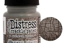 UTGÅR - Tim Holtz® Distress Crackle Paint / Hele serien er på vei ut, eneste som nå står igjen er: Tim Holtz® Distress Crackle Paint Clear Rock Candy 4oz. FORTSATT KAN DISSE FARGENE SKAFFES FRA LEVERANDØR: Aged Mahogany, Black Soot, Broken China, Brushed Corduroy, Dried Marigold, Dusty Concord, Fired Brick, Frayed Burlap, Milled Lavender, Mustard Seed, Peeled Paint, Pine Needles, Scattered Straw, Shabby Shutters, Spiced Marmalade, Tattered Rose, Vintage Photo, Walnut Stain, Weathered Wood, Worn Lipstick KONTAKT OSS PR MAIL