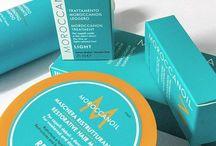 Moroccanoil / I prodotti Moroccanoil riparano, proteggono e danno lucentezza ai capelli. L'azienda è stata la prima a commercializzare l'Olio di Argan, comprendendone le potenzialità nel trattamento della capigliatura. Gli oli e trattamenti Moroccanoil, a base di antiossidanti e nutrienti, sono indicati per qualsiasi tipo di capigliatura.