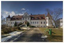 Wojnowo - Pałac / Pałac w Wojnowie wzniesiono w 1910 r. Swoje najmłodsze lata spędził tu książę holenderski Bernard zur Lippe-Biesterfeld. Po ślubie z Julianą państwo młodzi przyjeżdżali do Wojnowa także w 1937 roku. Byli tam również z roczną Beatrix, dziś królową Holandii. W 1974 roku 63-letni książę po raz pierwszy po wojnie odwiedził Wojnowo. Dziś w dawnej siedzibie książąt holenderskich mieści się Ośrodek Leczenia Chorób Układu Oddechowego u Dzieci. Każdego roku przyjeżdżają tu holenderscy turyści.