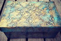 caja con relieve azul topacio