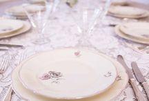 Småbord med like tallerkener / I stedet for langbord kan man tenke seg mange runde bord. Ved slik borddekking kan hvert bord ha et tema, eller ha en type servise