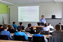 """Die Macht der 0 und 1 / In der vergangenen Woche besuchten uns rund 20 Schüler des Berufsschul-Zentrums 7 Elektrotechnik der Stadt Leipzig zu einem Studien-Infotag. Neben allgemeinen Infos zur HfTL, den Studiengängen und Studieninhalten gab es Praxis bei Prof. Schemmert. Hier konnten unsere Gäste eine App programmieren und tiefer in die Welt der Informatik eintauchen. In der sich anschließenden Vorlesung bei Prof. Möbert drehte sich alles um die Macht der """"0 und 1""""."""