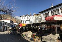 Beypazarı Sokakları / Eski Arnavut taşlarıyla döşeli sokaklarında bir aşağı bir yukarı yürüyorsunuz. 100 bilemedin, 200 yıllık geçmişe sahip eski yapıların arasında hiç sıkılmadan dolaşıyorsunuz. Birbirinden güzel evleri ve sokakları inan ki çok seveceksiniz.