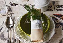 Waldgeflüster / In diesem Herbst zieht es uns ins Jagd-Chalet! Mit Motiven aus Wald und Flur und mit einem großzügig gedeckten Tisch zum Tafeln im Wald laden Hirsch und Fasan zur Herbststimmung pur!