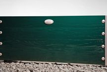 Idylla / Idylla jest donicą łatwo wpisującą się w otoczenie poprzez możliwość barwienia drewna 10 kolorami w pełni kryjącymi (wg palety producenta). Korpus opiera się na wewnętrznym stelażu stalowym pokrytym grubymi profilami drewnianymi, gwarantując stabilność konstrukcji. Drewno szczotkowane dla uwidocznienia pięknego usłojenia naturalnego drewna.