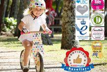 Kinderhelm Fahrrad Laufrad für Kinder / Kiddimoto Kinderhelme und Laufräder sind ein Erlebnis für dein Kind!  Nicht nur die gute Passform begeistern die Eltern, sondern das besondere Design der Fahrradhelme für Kinder sind erst recht beliebt bei den Kids.  Passend dazu findest du ein Laufrad aus Holz oder Metall, mit Bremse oder ohne und sogar Kinderhandschuhe zum Fahrradfahren. Besuche uns jetzt unter draussen-spass.de