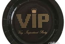 VIP Gallafest pynt / skal du holde gallafest på skolen eller gymnasiet og vil du gerne have den helt rigtig VIP stemning, så tjek vores inspiration og pynt her. Nytårs pynt i lange baner til den helt rigtige nytårsfest med flot bordpynt, VIP balloner og lanterner