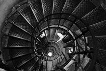 Napról napra, lépcsőről lépcsőre / Napról napra, lépcsőről lépcsőre megyek majd tovább ezen a különös úton... felfelé, vagy lefelé vezet ez a lépcső? Ezt nem tudom. De nem állok meg. Márai Sándor
