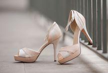 Barevná svatební obuv 2017 / Barevné svatební boty 2017:  - pokud máte svatbu do jedné barvy nebo tématu, můžete si doladit i svatební boty - svatební obuv barevná se dá po svatbě využít i jako společenská obuv nebo jako letní obuv - barevně sladěná kytička a boty oživí váš svatební outfit