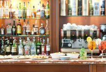 Bar / Hotel de la Ville ha pensato ad una soluzione per allietare le vostre sere a Vicenza, semplice ma genuino, con la stessa grande qualità del nostro ristorante ma con un servizio più veloce ed informale. Il menu del bar è caratterizzato da una ampia scelta di bruschette, sandwiches, insalate ed altri snack curiosi. Il Bar è aperto tutti i giorni fino a mezzanotte. Per maggiori informazioni visita il nsotro sito web www.hoteldelavillevicenza.com