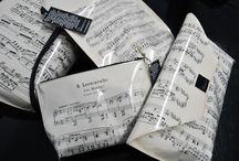 Rennot nuottituotteet / Rento Designin omia tuotteita vanhoista kierrätetyistä nuottikirjoista - Accessories and bags made out of old and recycled music notes by Rento Design