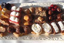 Posni sitni kolači / Potrebni su vam posni ili mrsni kolači za slavu, rođendan ili proslavu? Prepustite to nama! Sitni kolači iz naše poslastičarnice izrađeni su od najkvalitetnijih sastojaka po tradicionalnim receptima! Koristimo isključivo prirodne sastojke - orahe, bademe, lešnike, šumsko voće, crnu i belu čokoladu, plazma keks ... Kvalitet naših proizvoda garantuje i HACCP sertifikat koji posedujemo.  Dostavu vršimo klimatizovanim vozilima na kućnu adresu.