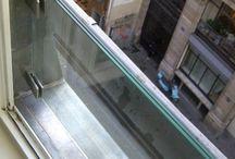 Garde-corps verre Fenêtre / Window glass railing / . fixation : latérale par pince . pièce de fixation : pinces 50x50X30mm en inox comprenant cales moulées en caoutchouc + éventuelles pâtes de déport (pour passage persiennes) . verre : trempé, double stratification 6+6mm ou 8+8mm