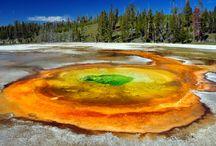 Yellowstone National Park / Yellowstonský národní park ( Yellowstone National Park ). Je prvním a nejstarším národním parkem na světě. Yellowstonský národní park je národní park nacházející se na území amerických států Wyoming (91 % parku), Montana (7,6 %) a Idaho (1,4 %).