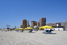 #chile #iquique y alrededores / Iquique es tierra de campeones y porque no decirlo también la tierra donde hay eterna primavera, sus playas exquisitas de arenas finas te sorprenderán. KEYS: #playas #iquique #arena #sol #chile