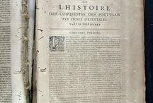 APADRINAT! Relation de divers voyages curieux qui n'ont point este' publie'es, et qu'on a ... / Thevenot, apassionat dels relats de viatges, va recopilar manuscrits de viatgers d'arreu del món que va fer traduir al francés i publicar entre 1663 i 1672 sota el títol Relations de divers voyages curieux. Aquesta obra va pertànyer al convent de Santa Caterina i porta el seu segell, marca de foc i nota manuscrita del frare Thomas Ripoll. L'enquadernació feta en pell està  en molt mal estat i al segon volum li manca la portada.