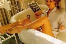 femme lissant / woman reading