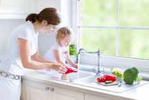 Tips for easy dishwashing / Cooking is fun, but it's inevitably followed by a pile of crusty pots and pans. No worries: With a few clever tips you'll get through that unpleasant dishwashing chore just like that. Your kitchen utensils will look spick and span again in a flash and a blur, and without too much hassle!