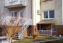Dun.Streda, Predaj: Dvojgeneračný rodinný dom, Západ / Ponúkam na predaj dvojgeneračný rodinný dom v elitnej lokalite DS.Trojpodlažný dom, stojí na pozemku s rozlohou 957 m2.IS: plyn, elektrina, voda, kanalizácia, studňa v záhrade.Mesačné náklady: 300 Euro.Zastavaná plocha 140 m2, úžitková plocha 300 m2.Suterén: práčovňa, kotolňa, sklad, dvojgaráž.Na obydvoch podlažiach 3veľké izby a kuchyňa.Dom je čiastočne zrekonštruovaný.Okná a dvere vymenené.Strecha nanovo izolovaná.Cena: 144 000 Euro.More info: 0907 524 129