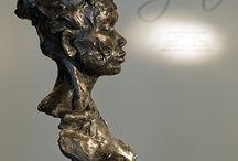 Natasja Bennink / Monumentale figuratieve beelden in brons waarbij de kracht en kwetsbaarheid van vrouwen de inhoud bepalen.  Een beeldhouwster waar je letterlijk en figuurlijk niet meer omheen kan. Natuurlijk omdat haar krachtige vaak levensgrote beelden uitdagen tot interactie maar vooral ook omdat ze de laatste jaren menig belangrijke openbare opdracht heeft uitgevoerd, zoals recentelijk het portret van onze Koning.