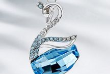 Crystal Necklace / Lend contemporary elegance to your look with this piece of necklace, featuring crystal. This would be a well-loved gift for yourself or a loved one.