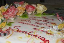 Torta di compleanno con rose e farfalle pan di spagna al cacao con crema alla vaniglia