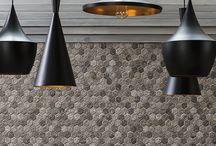 Wall Tiles / Colmena er en serie af smukke hexagon vægfliser i forskellige udtryk; farven Slade giver et råt stenlook og kan give dit hjem det populære industrilook, Nut giver fornemmelsen af træ, varme og hygge, og Marmi giver dig den klassisk lyse væg med et tvist af hexagon.