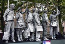 Spelvorm: Levende standbeelden / Mooie plaatjes van levende standbeelden (living statues / tableau vivant). Goed bruikbaar als voorbeeld voor de dramales.