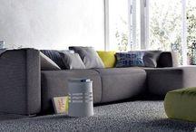 Szare kanapy - sprawdź najmodniejsze rozwiązania / Szary to jeden z najmodniejszych kolorów stosowanych w nowoczesnych aranżacjach. Sposobem  na jego wprowadzenia do wnętrza są m.in. meble wypoczynkowe.