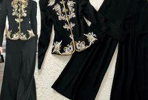 Terno Bordado Concept / Blusa Preta bordada Bordados em dourado Calça pantalona Preta Composição do Tecido: 65% algodão, 35% poliéster Tamanho M
