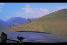 Strategica Romania I Sosea montana la 2000 m / Din cele trei, doar Transalpina este asfaltă, urmând ca Strategica şi Transcăpăţânii să fie asfaltate în următorii 5 ani.  Puţină lume ştie, mai mult eco-turiştii, bicicliştii, că Transalpina mai are o soră. Un alt drum de poveste, la 2000 de metri, un drum construit de nemţi şi care traversează Munţii Latoriţei, unind Transalpina de DN7a, în Mălaia, traversând vârfuri care au în medie 2000 de metri.