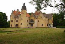 Górzyno - Pałac / Pałac w Górzynie został zbudowany w pierwszej połowie XIX wieku, prawdopodobnie przez rodzinę von Wobeser, która była właścicielem majątku do 1839 roku. W drugiej połowie XIX wieku rezydencja została rozbudowana o zachodnie skrzydło przez rodzinę von Below, w której rękach była ona do końca II wojny światowej. Po II wojnie światowej pałac należał do Państwowego Ośrodka Hodowli Zarodowej. W latach 1974-75 przeprowadzono w rezydencji remont bieżący. Obecnie jest ona własnością prywatną.