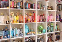 kitaplıkta oyuncak modelleri