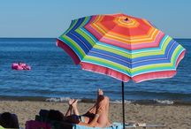 """La spiaggia / La spiaggia è lunga, la sabbia è fine, il sole è caldo. Tutto è semplicemente perfetto per la tua vacanza. Hai un chilometro di spiaggia privata a disposizione, lontana da fiumi e canali. Il mare digrada dolcemente, per raggiungere poco più di un metro e mezzo di profondità a trenta metri dalla riva, ideale per le """"grandi"""" nuotate dei tuoi piccoli e per i tuoi bagni in completo relax."""
